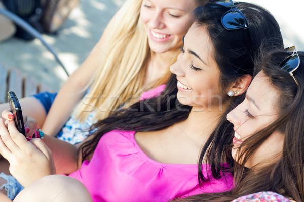 Freunde Smartphones Gruppe Mädchen Lächeln Stock foto © nenetus