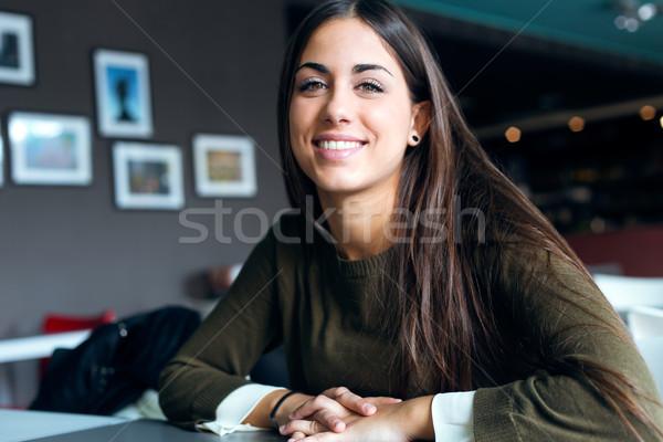 Mooi meisje drinken koffie vergadering stedelijke Stockfoto © nenetus