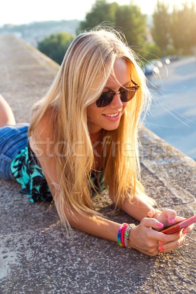Bella ragazza seduta tetto cellulare Foto d'archivio © nenetus