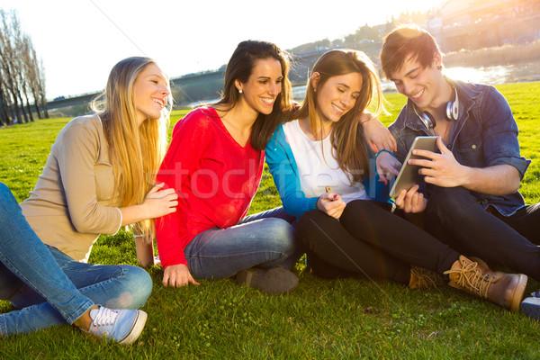 Estudantes smartphones classe grupo mulher Foto stock © nenetus