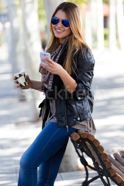 Portré gyönyörű lány iszik kávé mobil szabadtér Stock fotó © nenetus