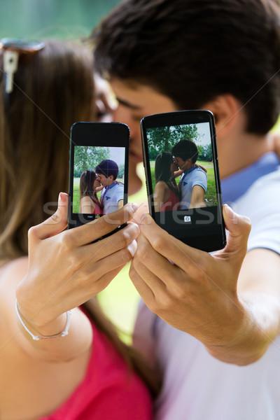 Pár elvesz fotó okostelefon romantikus portré Stock fotó © nenetus