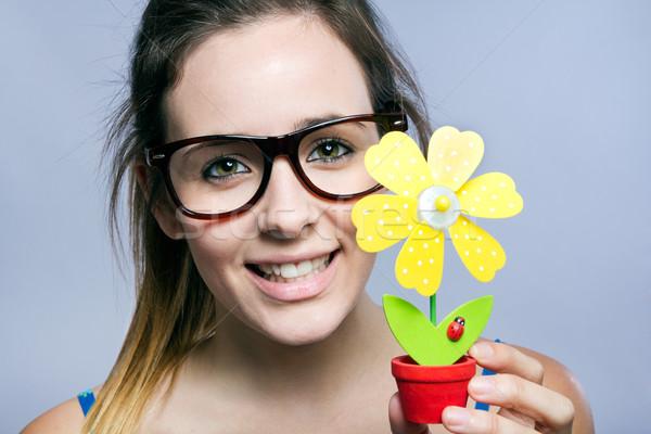 Mooie jonge vrouw tonen een kunstmatig daisy Stockfoto © nenetus