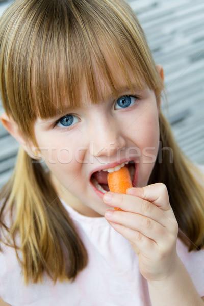 Cute meisje wortel naar camera portret Stockfoto © nenetus