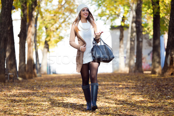 Bella ragazza piedi cellulare autunno outdoor ritratto Foto d'archivio © nenetus