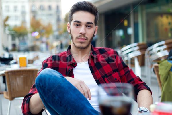 Knappe man naar camera coffeeshop outdoor portret Stockfoto © nenetus