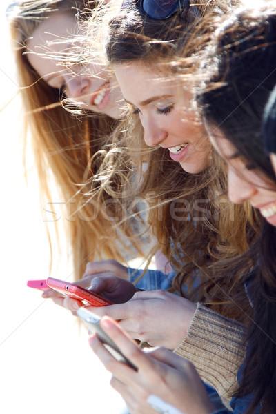 Amici smartphone gruppo strada donna Foto d'archivio © nenetus