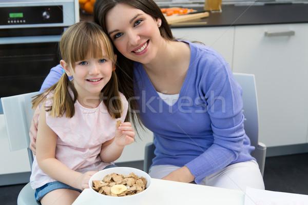 Zdjęcia stock: Dziecko · jedzenie · zboża · mama · kuchnia · domu