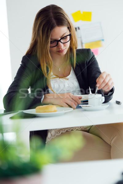 Güzel genç kadın okuma kitap kahvaltı ev Stok fotoğraf © nenetus