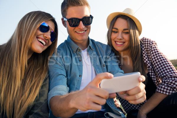 Gruppo amici smartphone ritratto party Foto d'archivio © nenetus