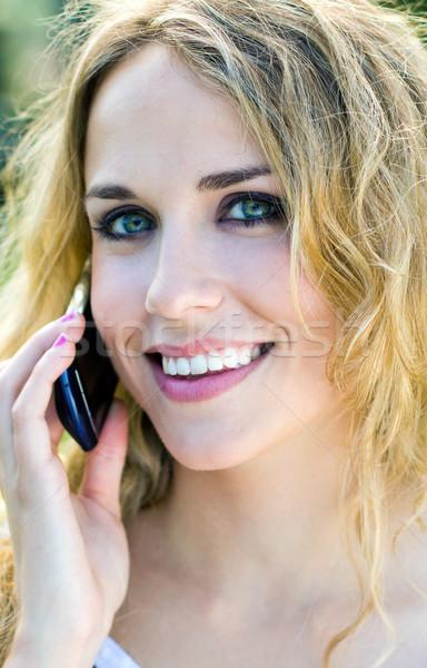 Jonge blond meisje smartphone park portret Stockfoto © nenetus