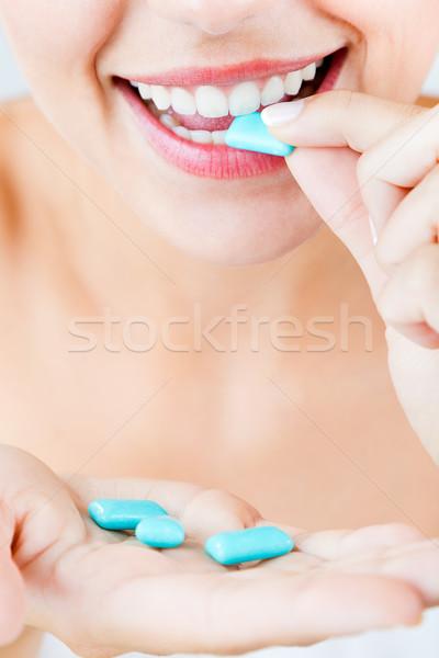 Piękna dziewczyna jedzenie guma odizolowany biały portret Zdjęcia stock © nenetus