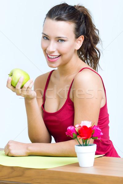 Mulher bonita alimentação um verde maçã casa Foto stock © nenetus