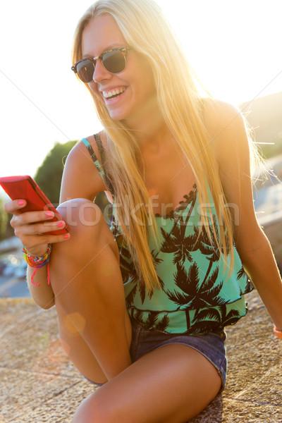 Belo menina sessão telhado telefone móvel Foto stock © nenetus