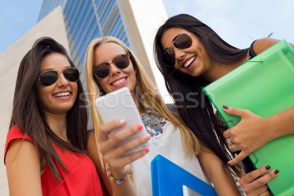 Foto d'archivio: Tre · ragazze · smartphone · campus · ritratto