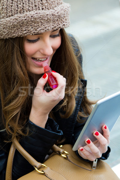 Mulher jovem pintura lábios digital comprimido bastante Foto stock © nenetus
