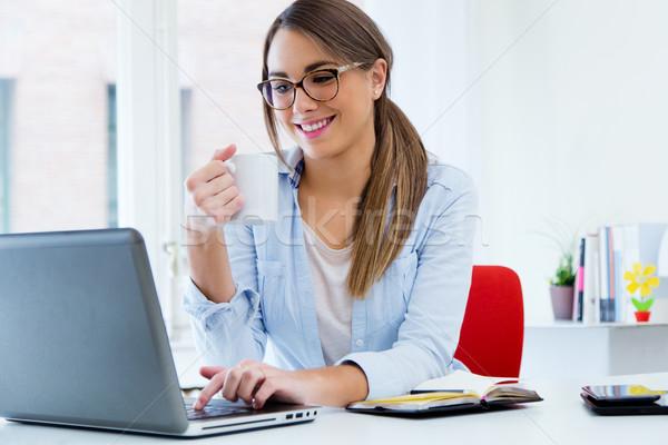 Bastante mulher jovem usando laptop escritório retrato mulher Foto stock © nenetus