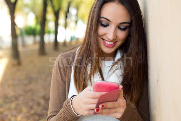 Mooi meisje mobiele telefoon najaar outdoor portret Stockfoto © nenetus