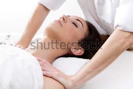 Frau genießen Schulter Massage hübsche Frau Stock foto © nenetus