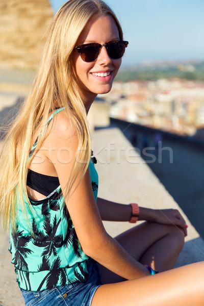 Stockfoto: Mooie · blond · meisje · vergadering · dak · outdoor