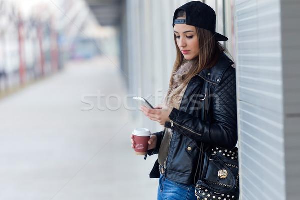 Jovem bela mulher telefone móvel café ao ar livre retrato Foto stock © nenetus