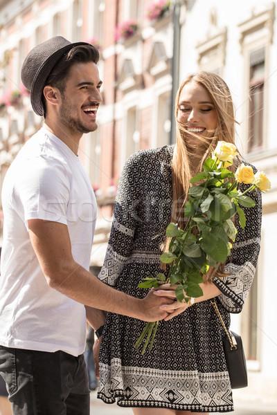 Gyönyörű pár virágok randizás fiatal pér virágcsokor Stock fotó © NeonShot