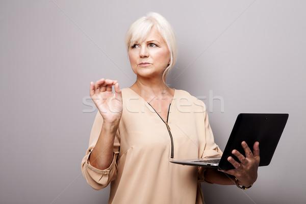 Di bell'aspetto senior donna tablet lavoro Foto d'archivio © NeonShot