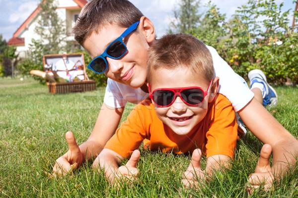 Młodych bracia gry ogród dwa Zdjęcia stock © NeonShot