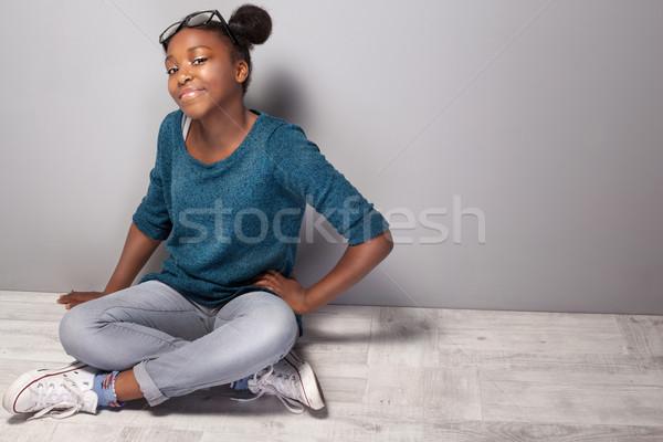 La moda tineri fată frumos şedinţei Imagine de stoc © NeonShot