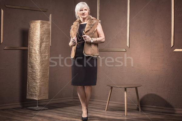 модный старший женщину позируют элегантный глядя Сток-фото © NeonShot