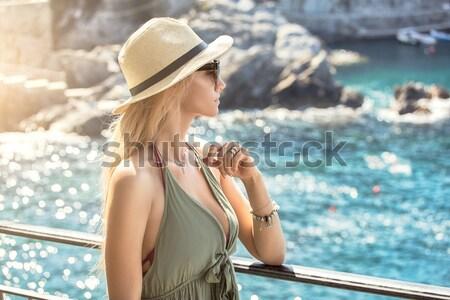 Gülen bayan tatil poz Stok fotoğraf © NeonShot