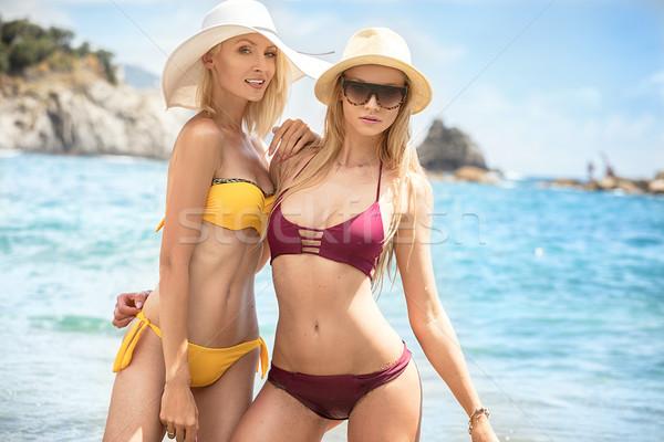 Due donne spiaggia giovani donne Foto d'archivio © NeonShot
