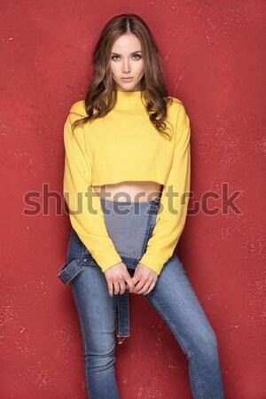 Jong meisje poseren naar camera modieus jonge Stockfoto © NeonShot