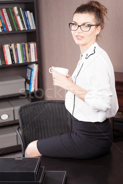 Femme d'affaires potable café jeunes belle souriant Photo stock © NeonShot