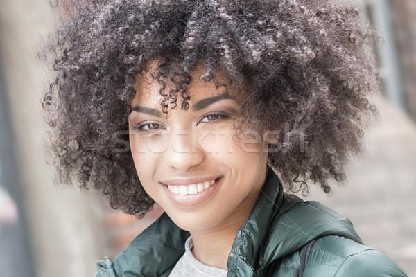 счастливым афроамериканец девушки молодые женщина улыбается глядя Сток-фото © NeonShot