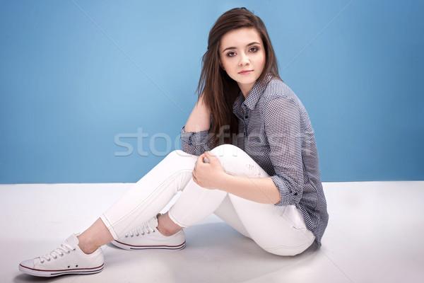 Fiatal tinilány stúdió gyönyörű pózol kék Stock fotó © NeonShot