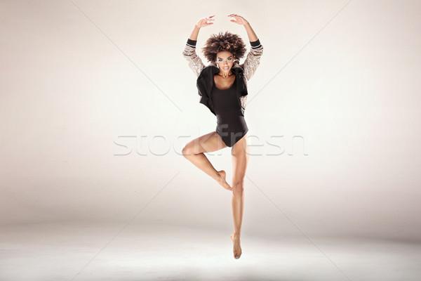 Moderna bailarines estudio estilo moderno bailarín afro Foto stock © NeonShot