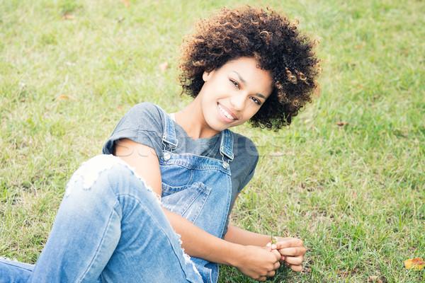 Jeunes africaine fille détente parc joli Photo stock © NeonShot