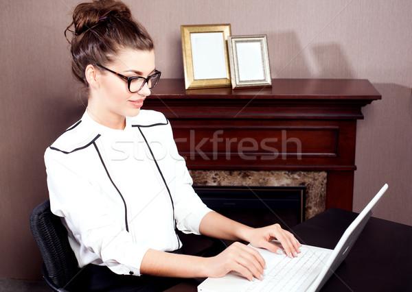 Jonge student werken mooie laptop computer Stockfoto © NeonShot