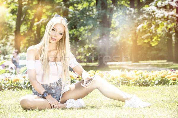 Joven relajante parque jóvenes hermosa Foto stock © NeonShot