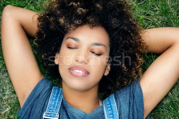 Jonge afrikaanse meisje ontspannen park portret Stockfoto © NeonShot