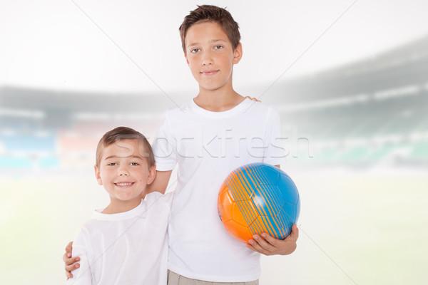 Foto stock: Dos · pequeño · hermanos · posando · pelota · sonriendo