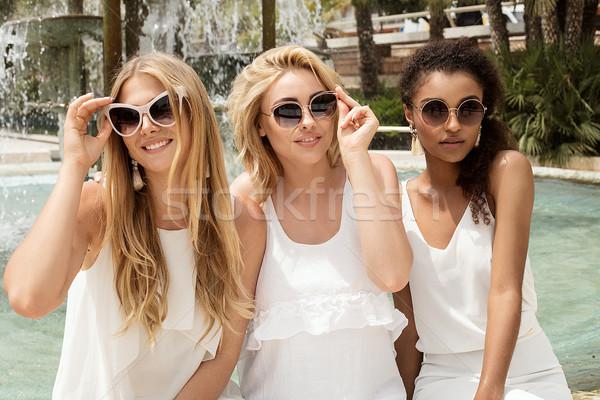 Groep vriendinnen samen vakantie blond Stockfoto © NeonShot