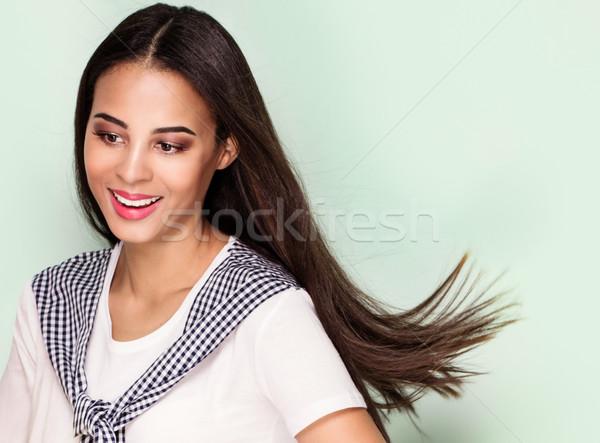 Heureux jeune femme posant belle femme souriante Photo stock © NeonShot