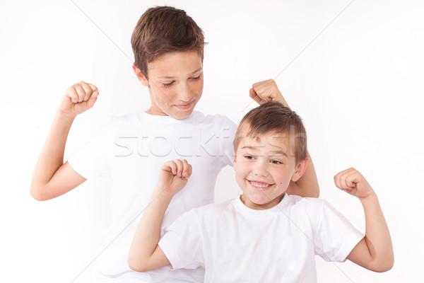 Twee weinig broers poseren home glimlachend Stockfoto © NeonShot