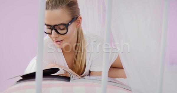 Fiatal nő olvas magazin gyönyörű fiatal kaukázusi Stock fotó © NeonShot