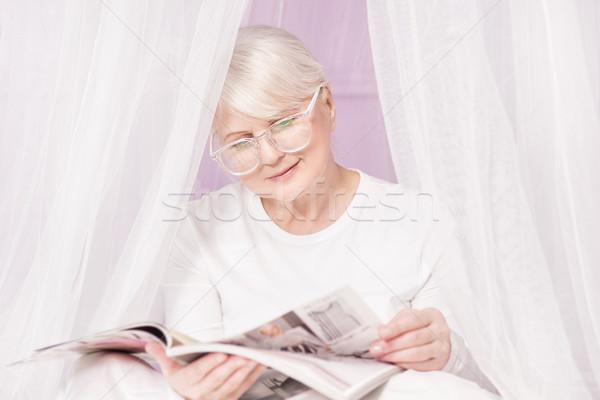 старший женщину чтение журнала красивой свободное время Сток-фото © NeonShot