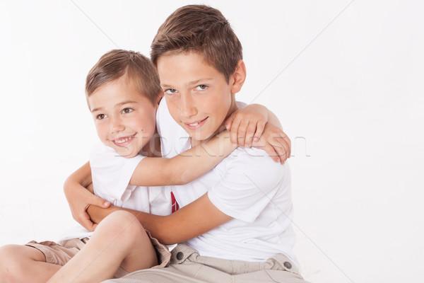 Kettő kicsi fiútestvérek pózol otthon ölel Stock fotó © NeonShot