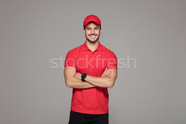 Lächelnd Kurier Mann posiert Studio Lieferung Stock foto © NeonShot