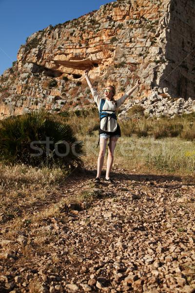 Hermosa jóvenes viajero mujer rubia caminando montanas Foto stock © NeonShot